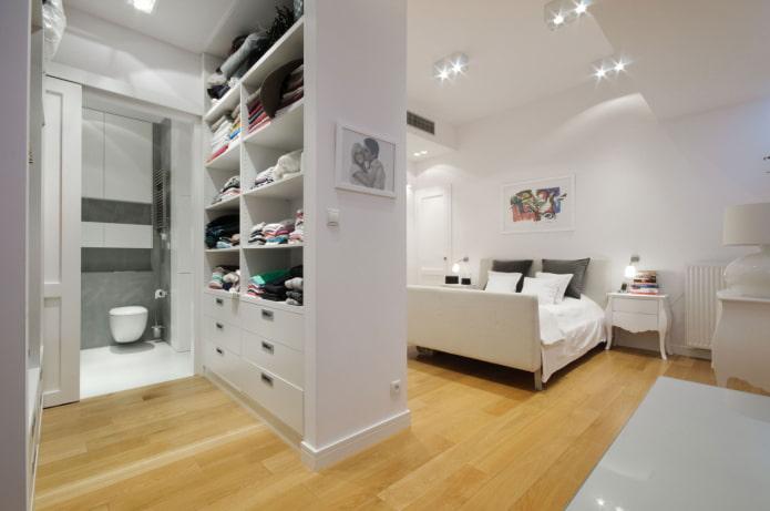 белый шкаф в виде перегородки в интерьере