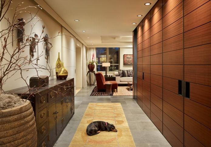 коричневый шкаф в виде перегородки в интерьере