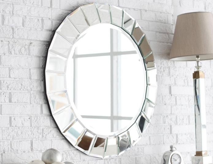 круглое фацетное зеркало в интерьере