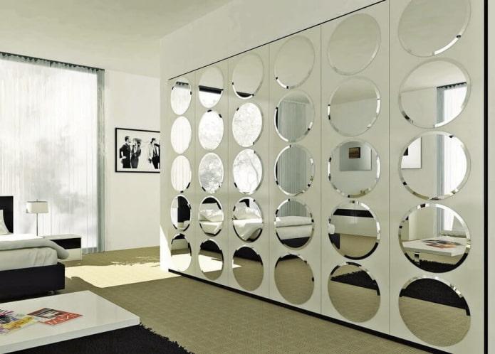 круглые фацетные зеркала в интерьере