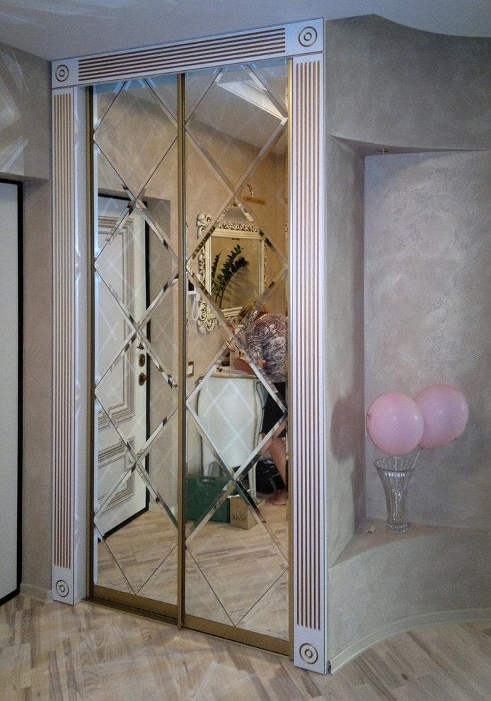 фацетное зеркало встроенное в шкаф в интерьере