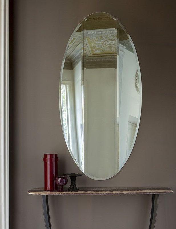 овальное фацетное зеркало в интерьере