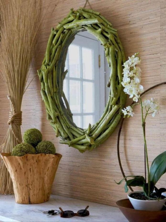 зеркало декорированное ветками деревьев