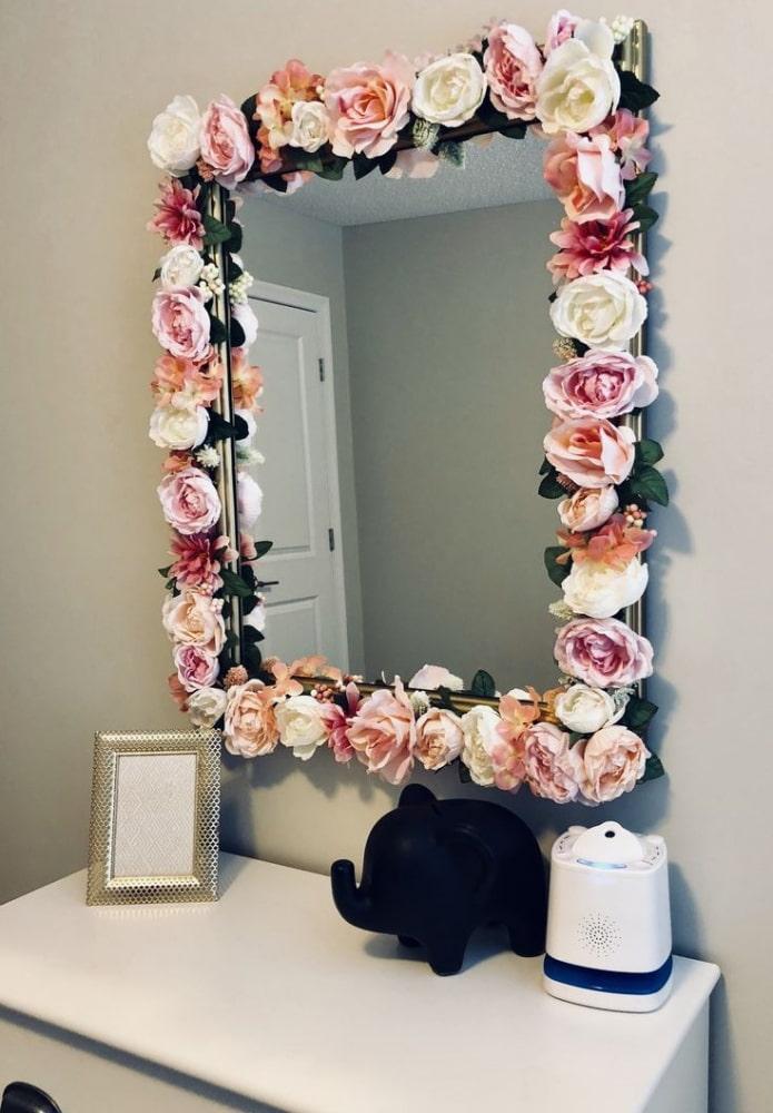 зеркало декорированное цветами в интерьере