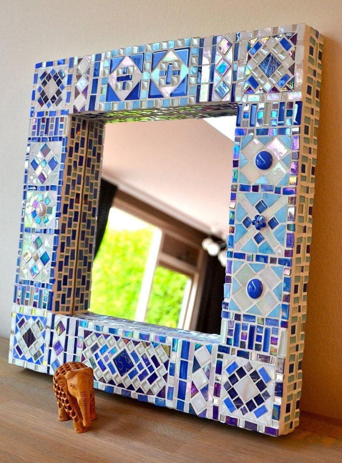 зеркало в мозаичной рамке в интерьере
