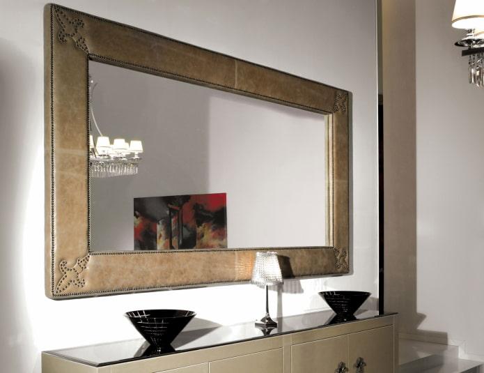 зеркало в рамке из кожи в интерьере