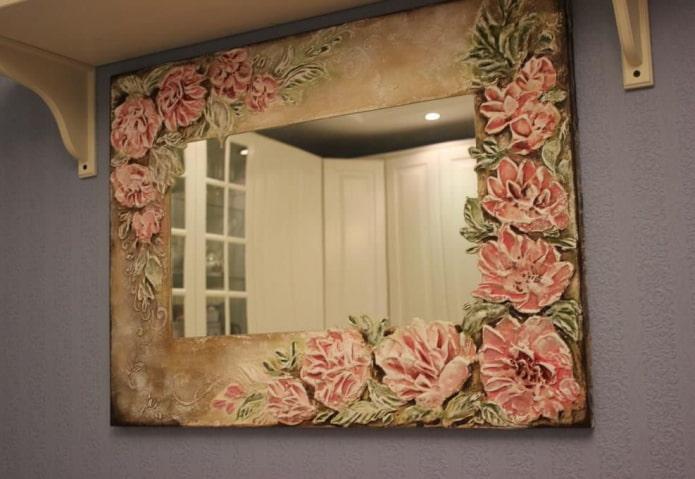 зеркало декорированное штукатуркой