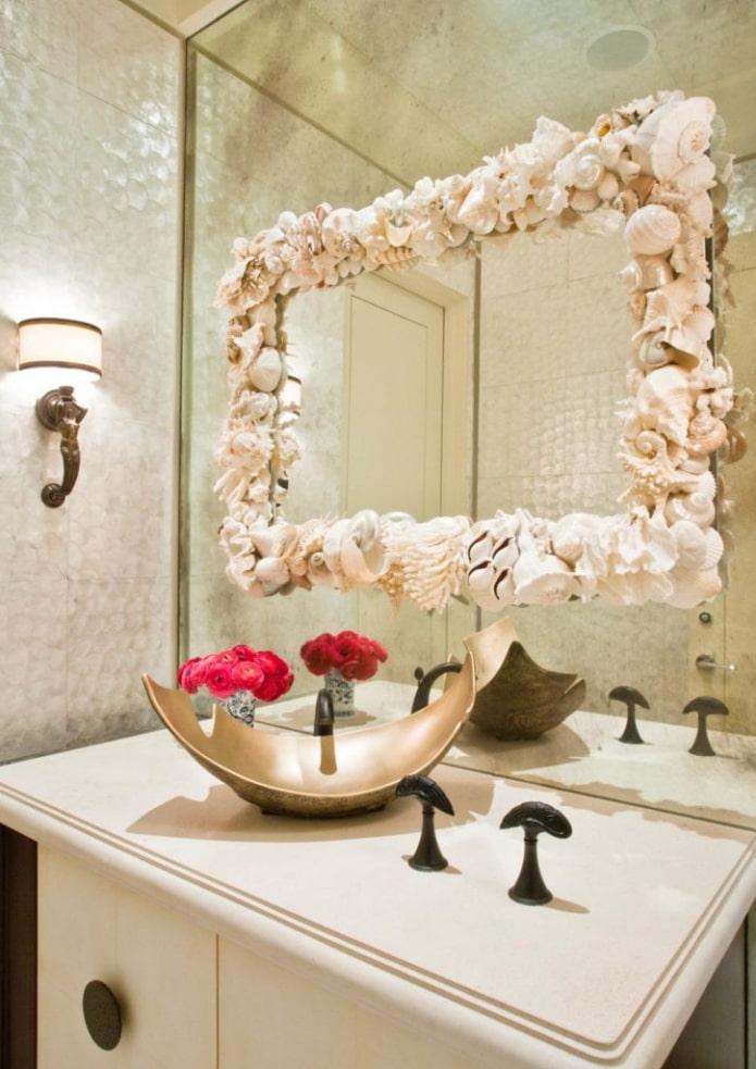 декор зеркального изделия в интерьере