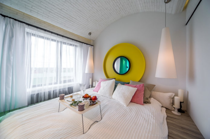 зеркало над кроватью в интерьере спальни