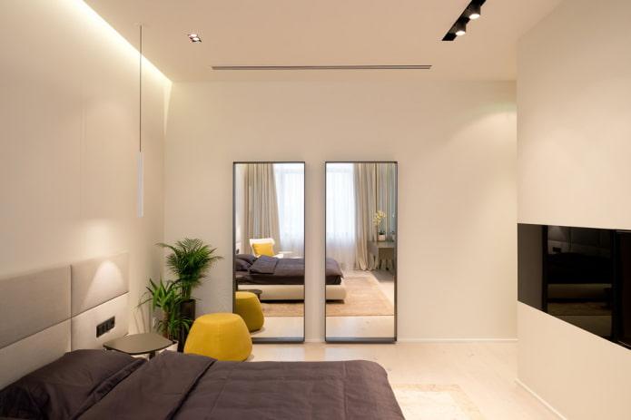 зеркало напротив окна в интерьере спальни