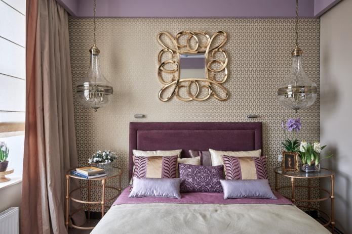 зеркало в золотистой раме в интерьере спальни