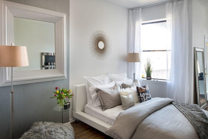 зеркало в белой раме в интерьере спальни
