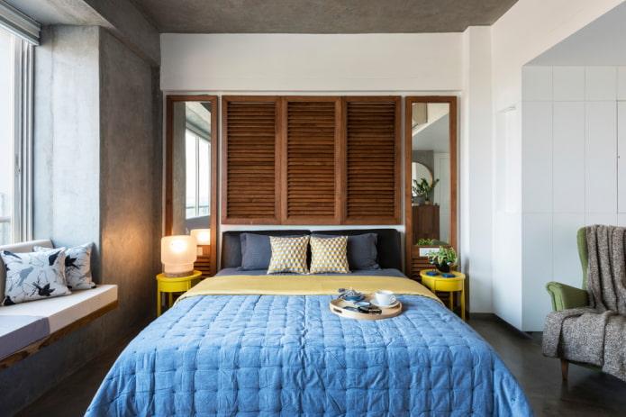 зеркала в коричневых рамах в интерьере спальни