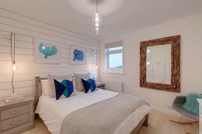 настенное зеркало в интерьере спальни