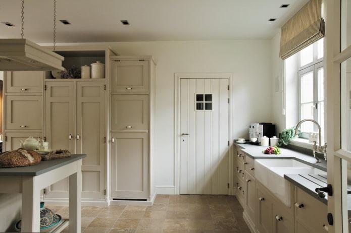 белые двери на кухне в стиле прованс