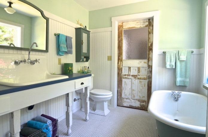состаренные двери в ванной в стиле прованс