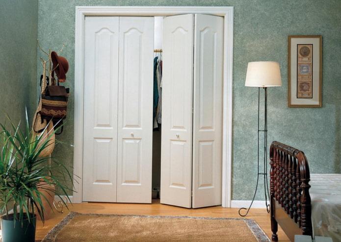 двери в форме гармошки в интерьере в стиле прованс
