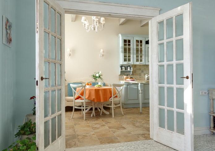 двери в интерьере кухни в стиле прованс