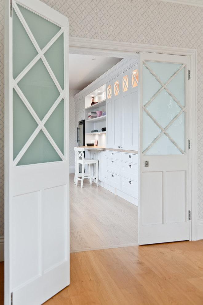 Белая дверь со стеклянными вставками