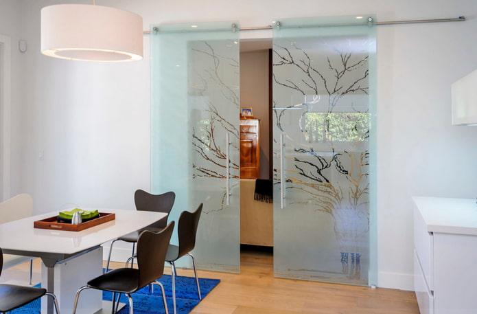 стеклянная подвесная дверь