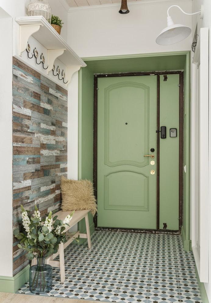 зеленая входная дверь в прихожей