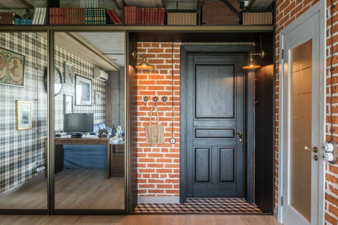 входная дверь в прихожей в стиле лофт