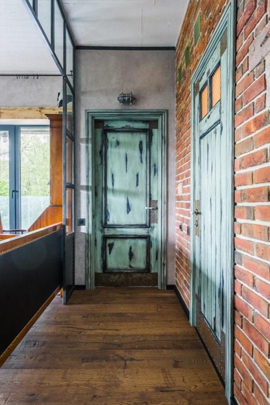 состаренные двери в интерьере в стиле лофт