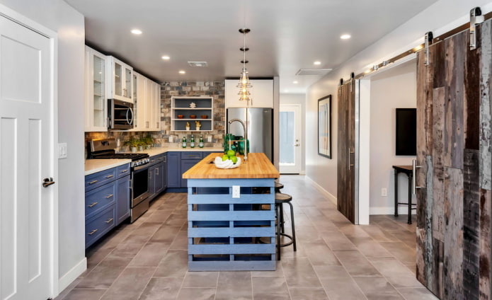 двери в интерьере кухни в стиле лофт