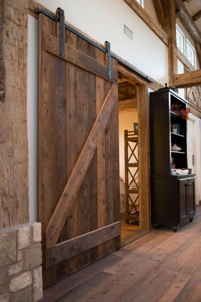 коричневые двери в интерьере в стиле лофт