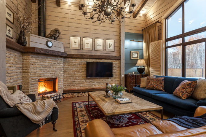 камин и телевизор в интерьере гостиной в стиле кантри