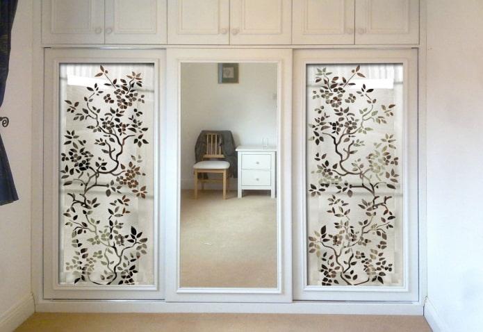 встроенные зеркала с рисунками в интерьере