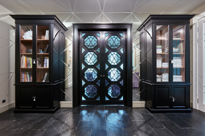двери с фигурными вставками из стекла