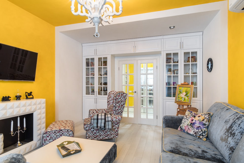 желтые стены белые двери