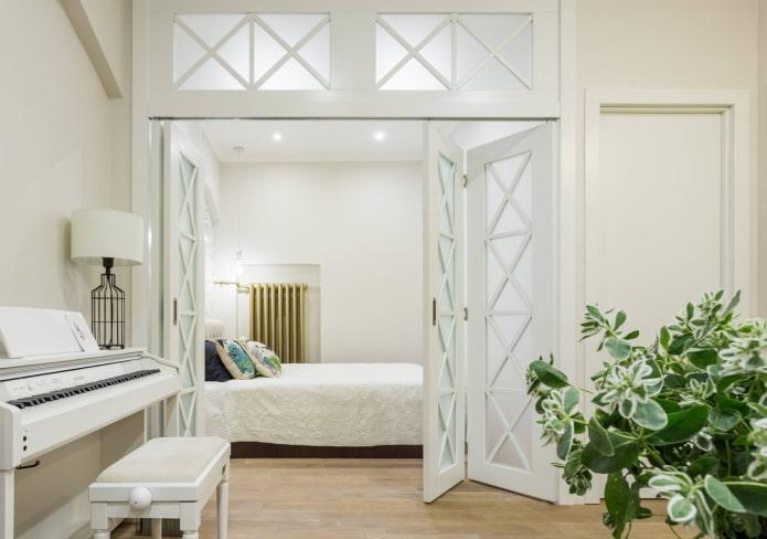 двери-гармошка светлого оттенка в интерьере