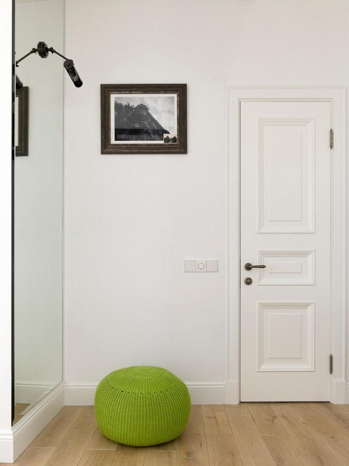 двери светлого оттенка в сочетании со светлыми стенами