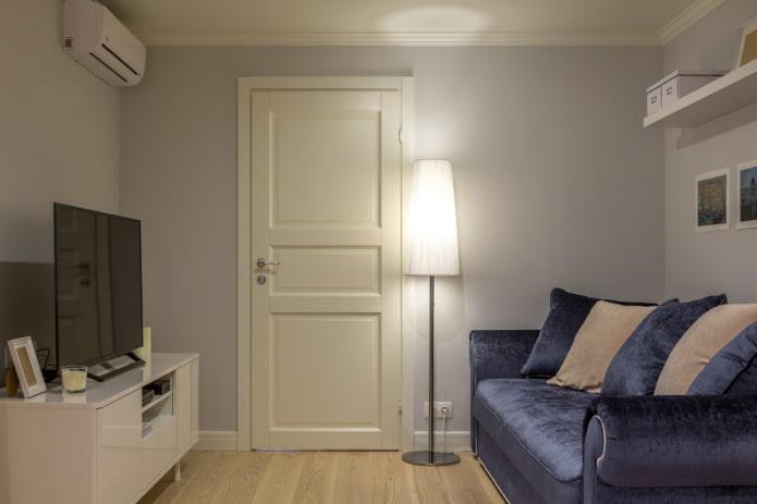 двери светлого оттенка в гостиной