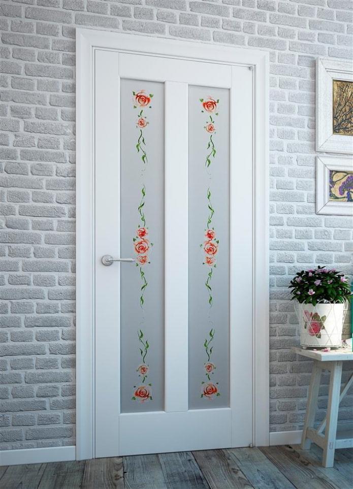 двери светлого оттенка с рисунками в интерьере