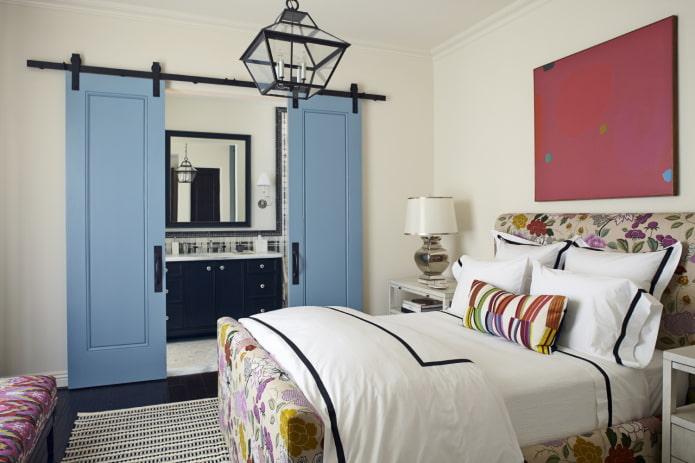 двери голубого цвета в интерьере