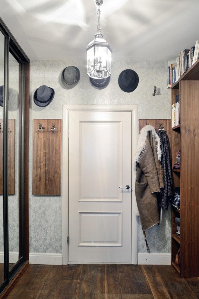 двери светлого оттенка в сочетании с темным полом