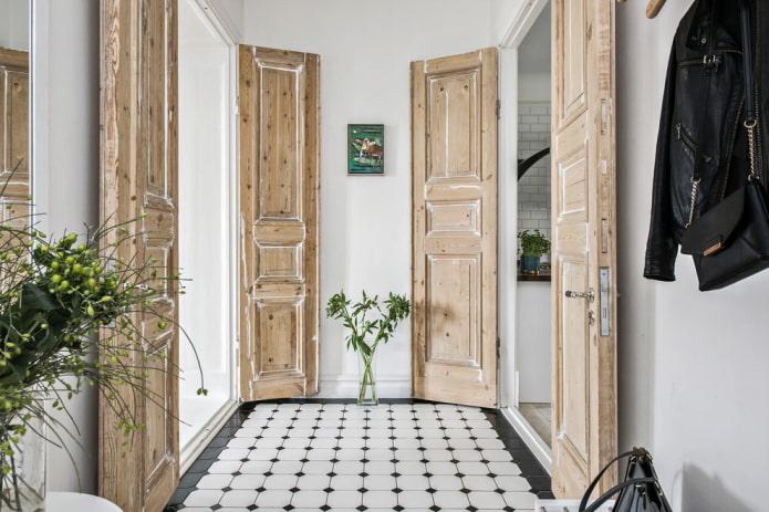 состаренные двери коричневого цвета