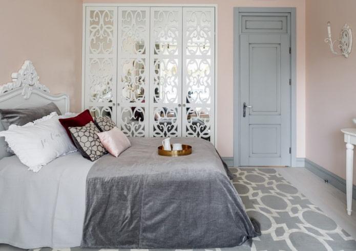 двери светлого оттенка в спальне