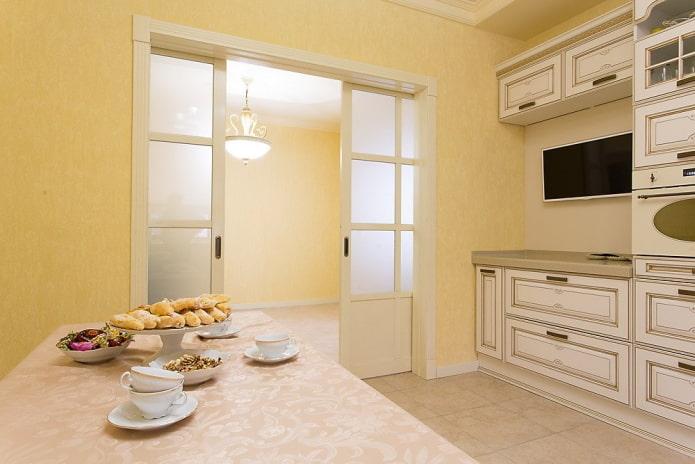 двери светлого оттенка на кухне