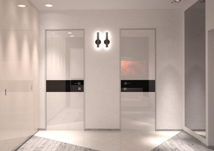 глянцевые двери светлого оттенка в интерьере