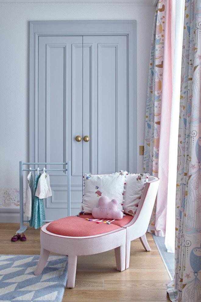 двери светлого оттенка в сочетании с мебелью в интерьере