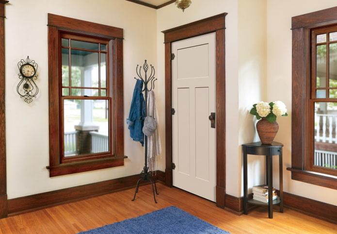 двери светлого оттенка в сочетании с плинтусом в интерьере