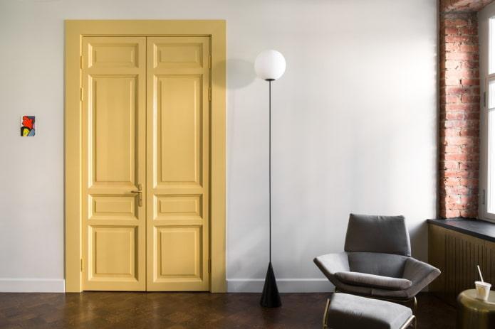 двери светло-желтого оттенка в интерьере