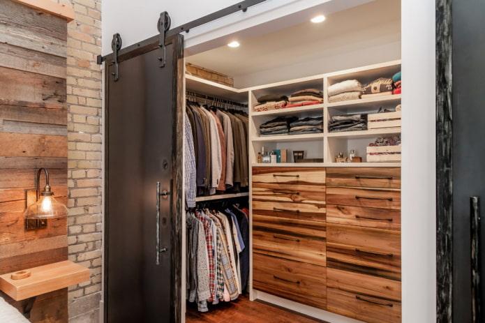 гардеробная с амбарными дверями в интерьере