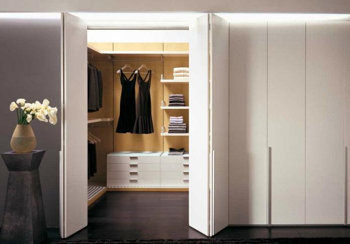 гардеробная со складными дверями в интерьере