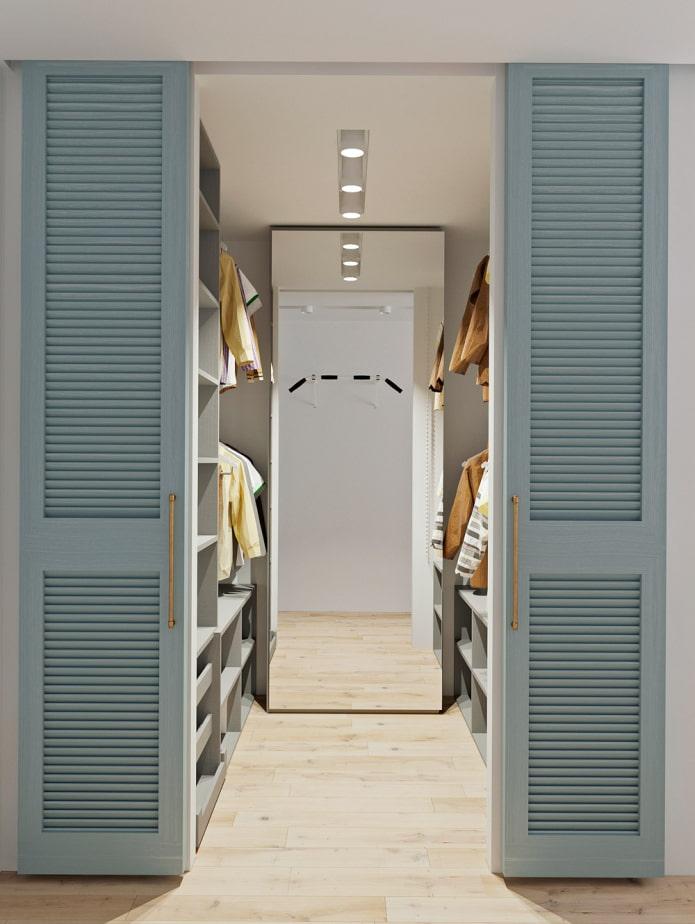 гардеробная с жалюзийными дверями в интерьере