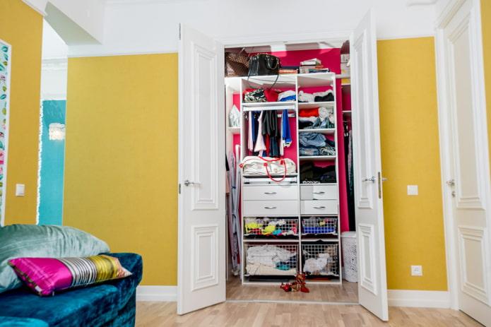 гардеробная с распашными дверями в интерьере